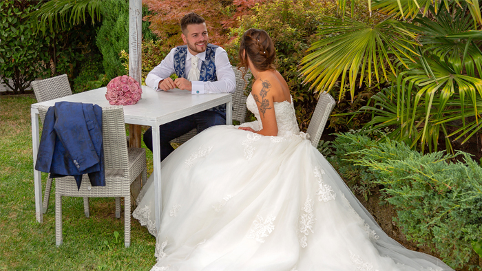 Foto di sposi a tavolino